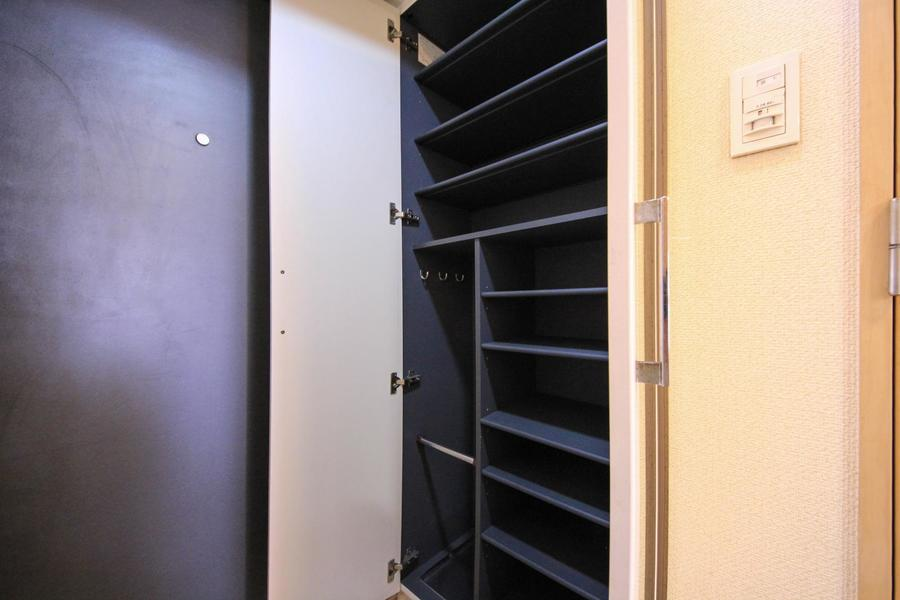 天井まで届く大きなシューズボックス。傘立てスペース付きで玄関も広々