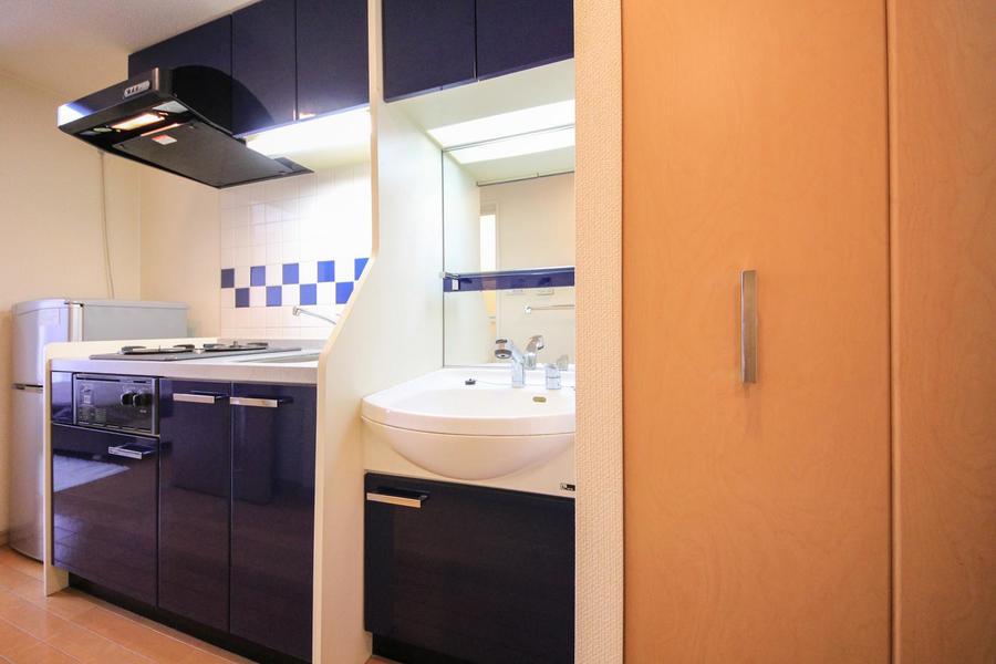 キッチンと同じく白×青カラーの洗面台