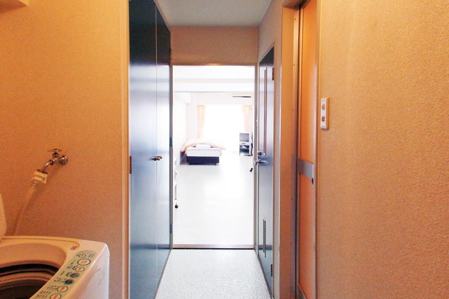廊下には収納スペースを完備。お部屋に荷物が溢れる心配もありません