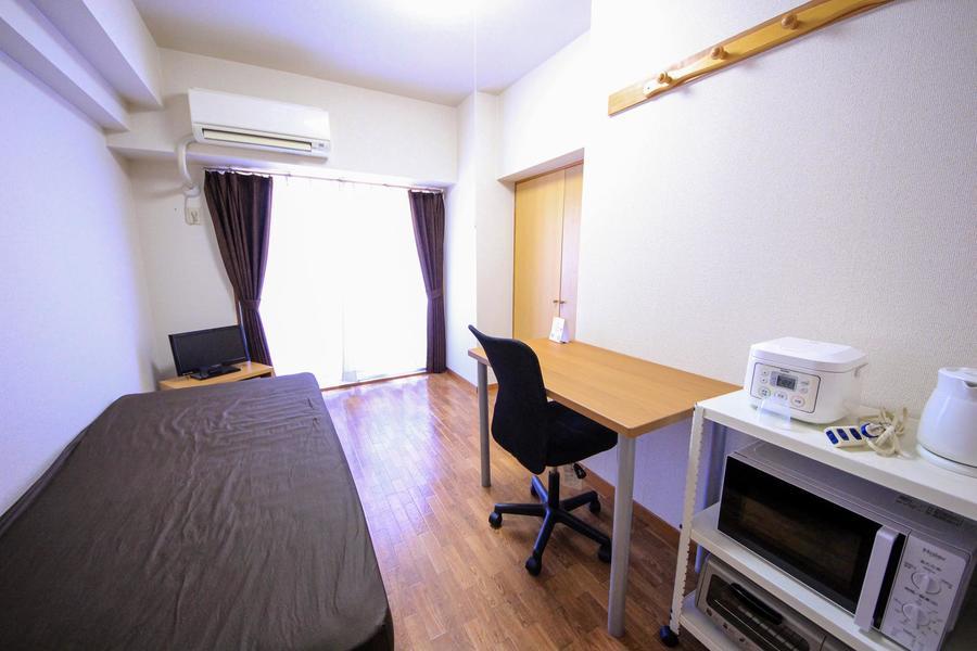 木目のフローリングに白を基調としたシンプルなお部屋