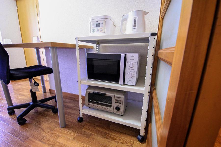 キッチン家電はラックにまとめて配置。移動も可能です