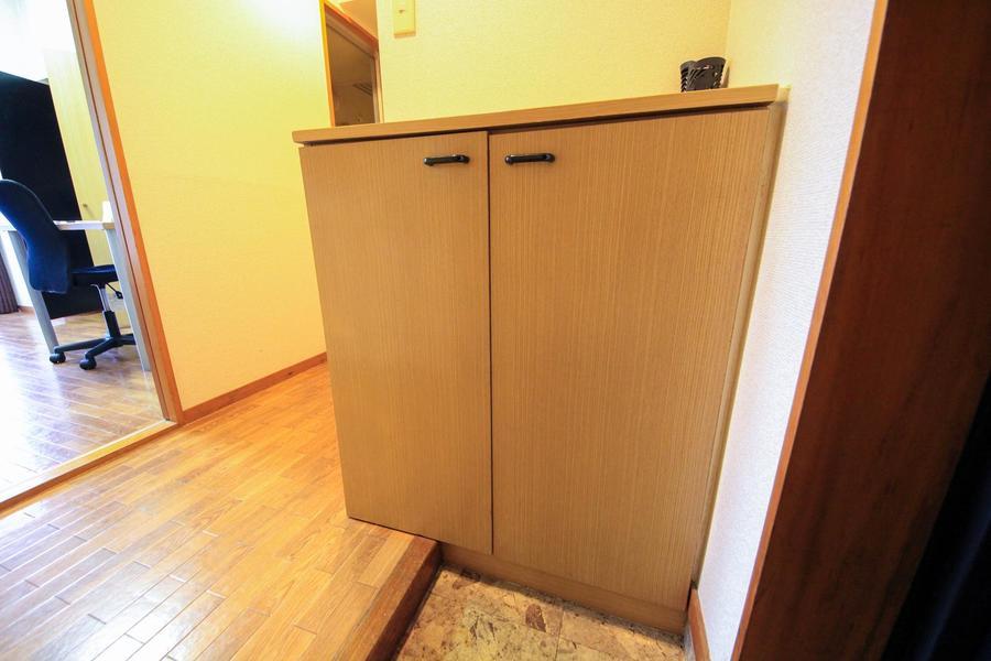 散らかりがちな玄関に助かるシューズボックスを設置