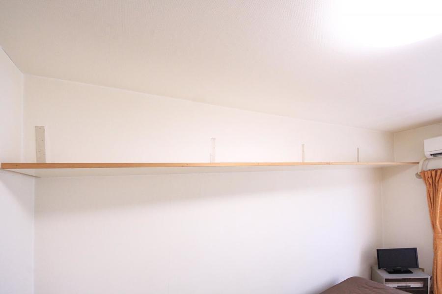 壁上部には吊り棚を設置。簡易物置のほかインテリアにもご活用いただけます