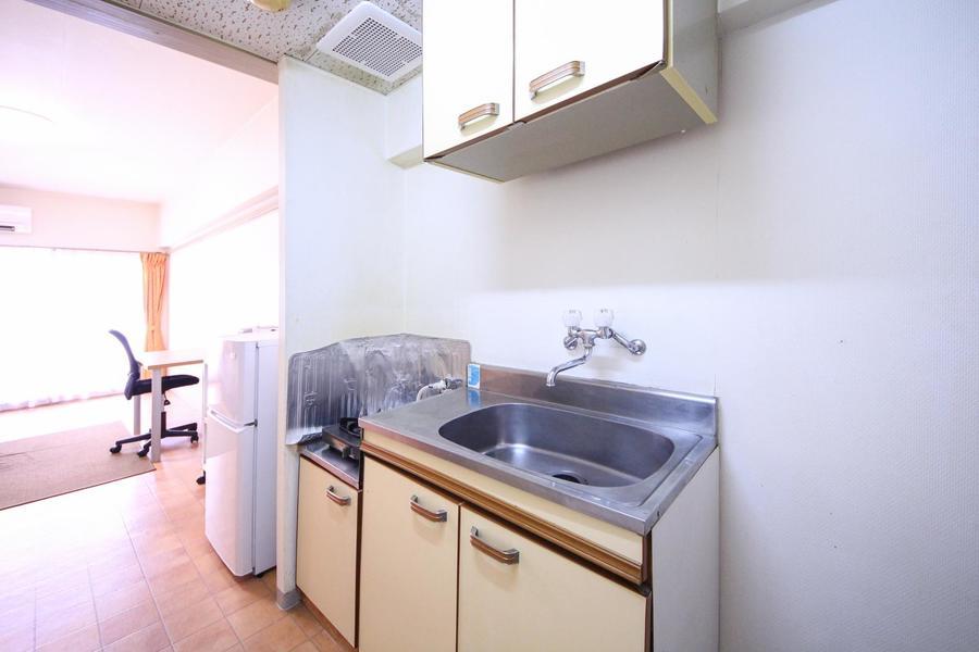 シンプルかつコンパクトなキッチン。収納スペースも完備されています
