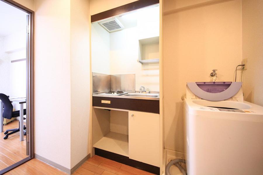 キッチンはシンプルかつコンパクト。安心火力のガスコンロタイプです