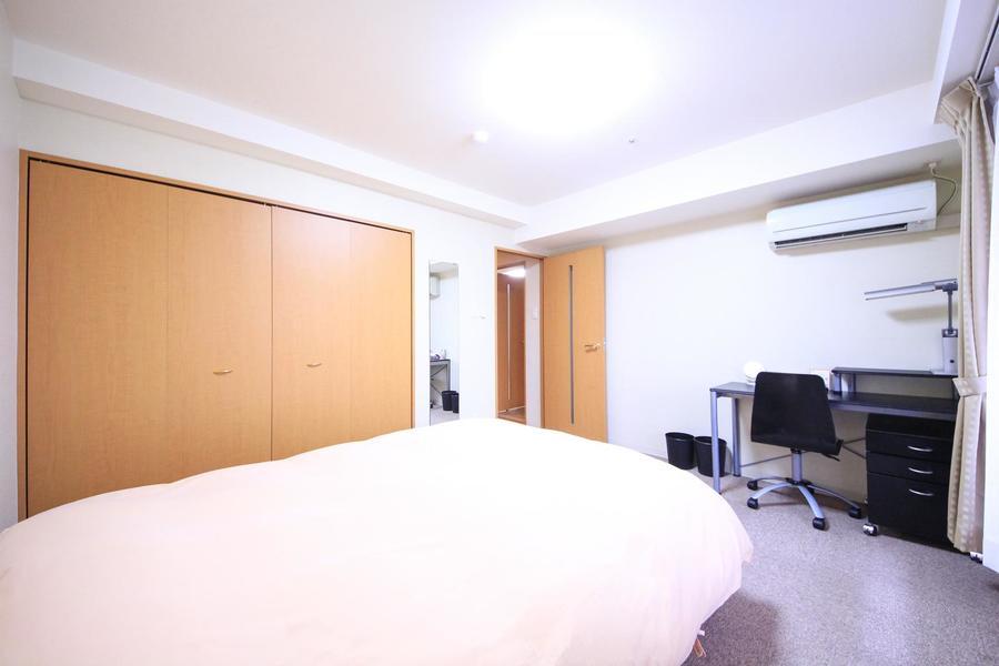 大きめのクローゼット設置のベッドルーム。姿見も設置されています