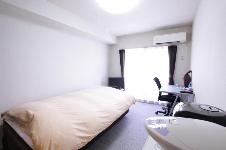 高い天井が開放的なお部屋。足元が冷えないカーペットタイプです