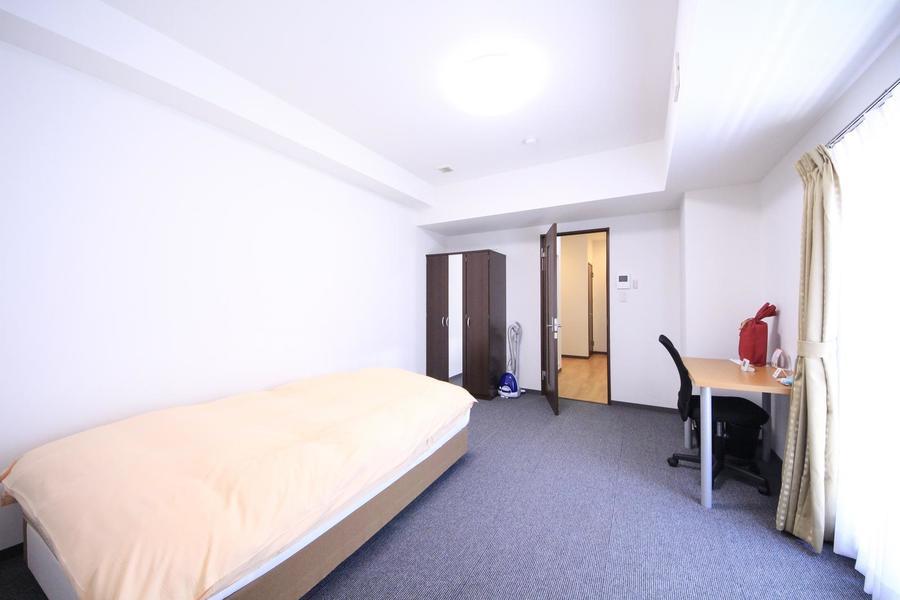 グレーと白のシンプルな組み合わせ。扉の木目がお部屋のアクセントに
