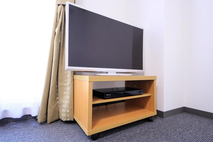 お部屋にはTVボードを設置。DVDプレイヤーもご用意しております
