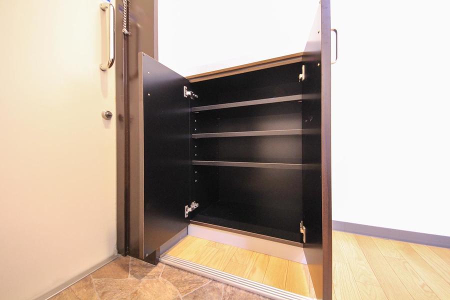 玄関のシューズボックスは小型タイプ。靴の高さに合わせられる稼働棚タイプ