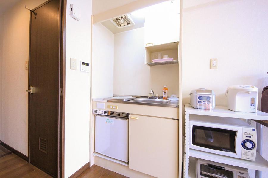収納スペースもしっかり完備されたコンパクトなキッチン