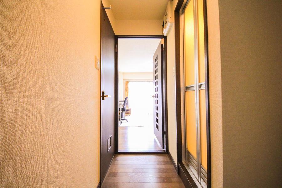 廊下もお部屋と同じ白い壁にダークブラウンの床でまとめています