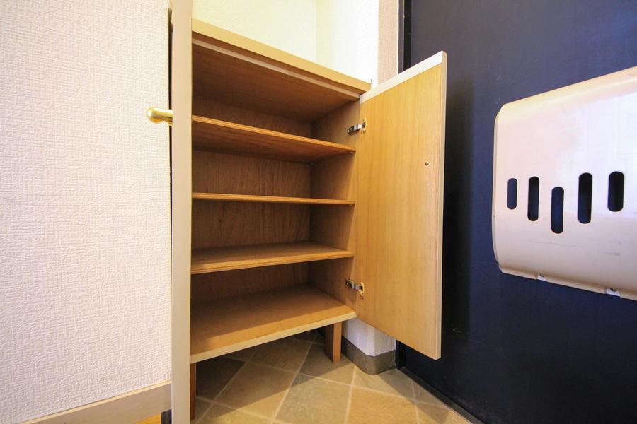 玄関にはシューズボックスを設置。天板も小物置きとして利用でき便利です