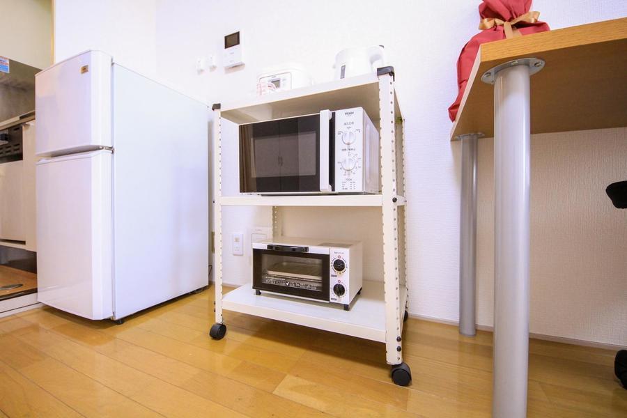 キッチン家電はお好きな場所に移動できるキャスター付きラックにまとめて収納