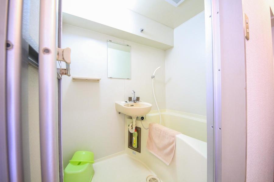 シンプルで清潔感のあるお風呂。洗面器などもご用意しています