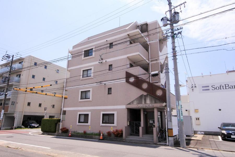 ミルクティ色が可愛らしい建物。通りから1歩入った場所に位置します