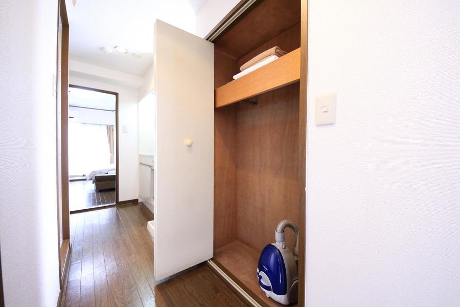 廊下部には大きめ収納。スーツケースもすっぽり収まります