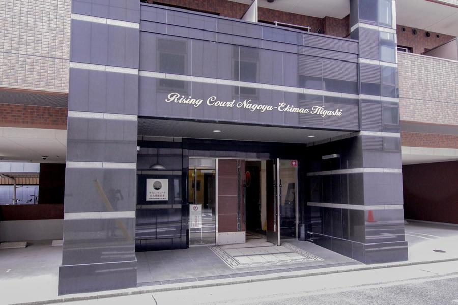 入口は黒系の御影石を使った格調高いデザインです。