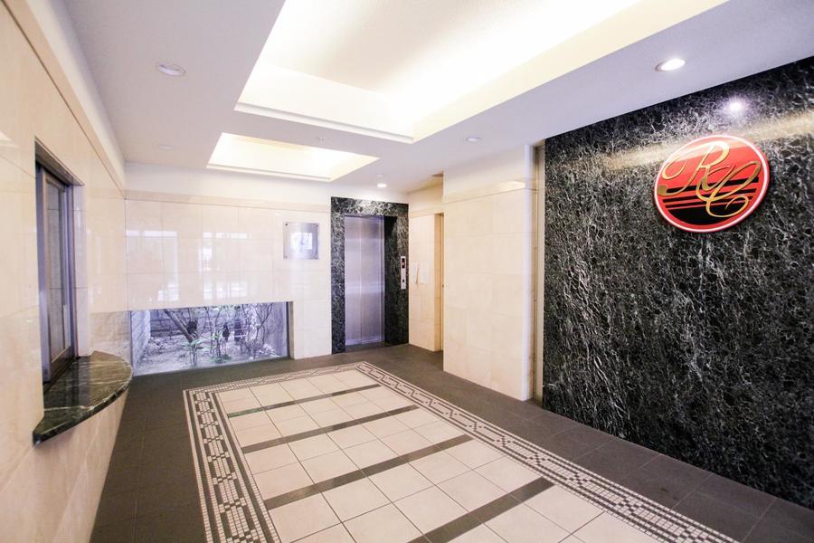 大理石の壁面とロゴマークが印象的なエントランスは高級感があふれています。