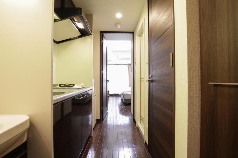 ダークブラウンの木目がアクセントになっている室内は落ち着きと高級感を演出します。