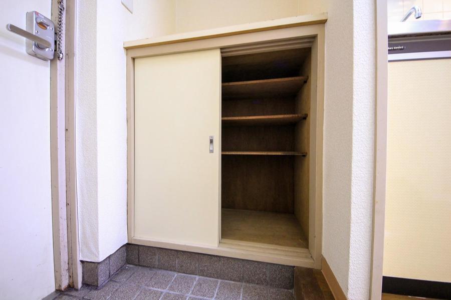 玄関先のシューズクローゼットの天板は小物置きにもご利用いただけます