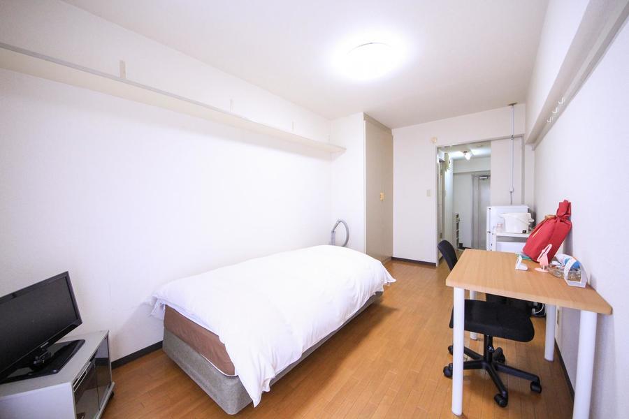ベッドやデスクセットを置いてもゆとりある広さです