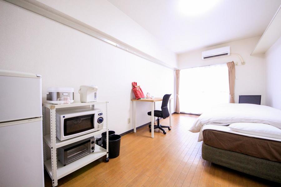ライトブラウンの床と白い壁のシンプルな室内