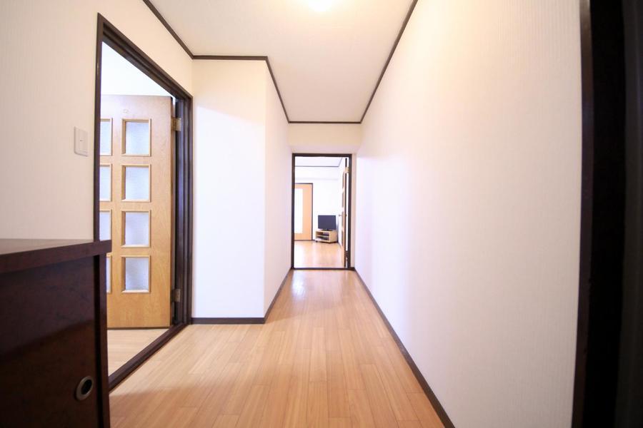 玄関からリビング、お部屋はすべてフローリング敷。統一感があります
