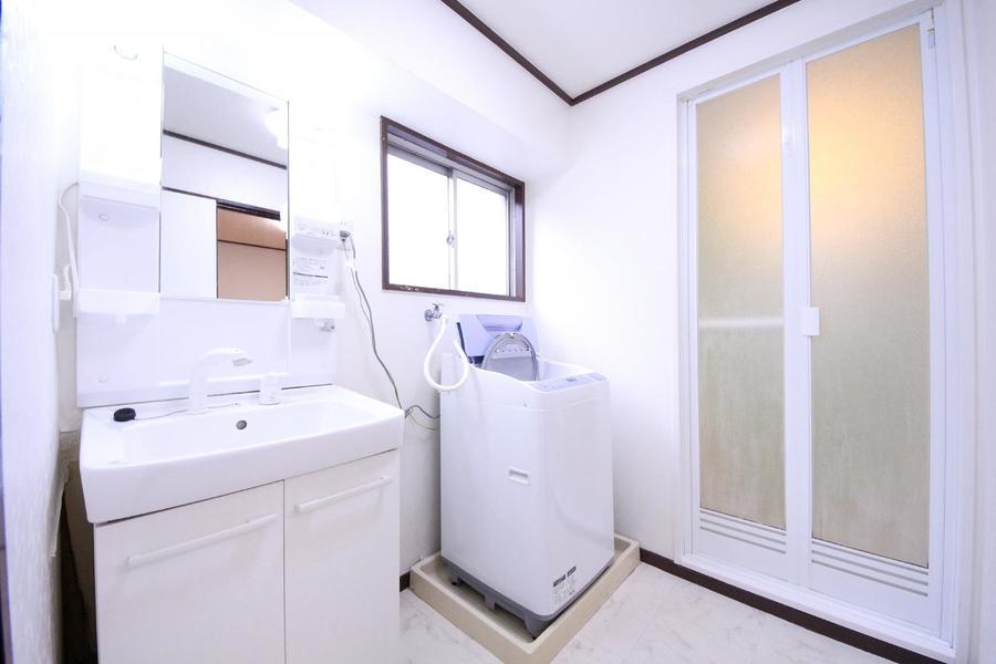 洗面所はホワイトで統一し清潔感溢れる空間