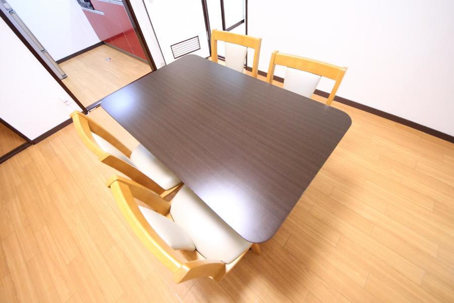 4人がけのダイニングテーブルはファミリー向けに嬉しい大きさ