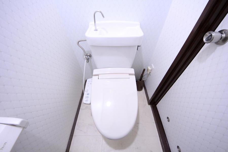 お手洗いはセパレート式。シャワートイレはこだわりのお客様も多い人気設備です