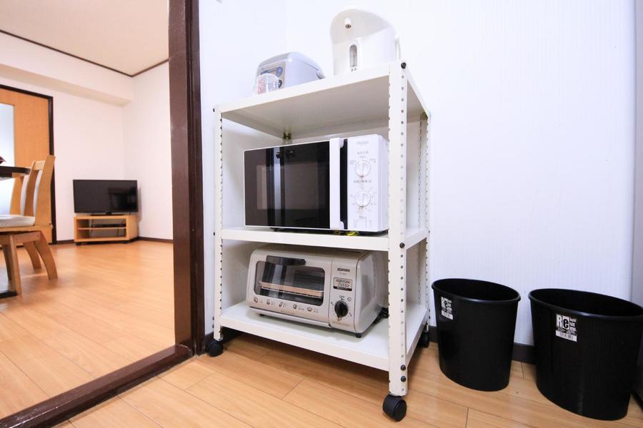 電子レンジや炊飯器などは使いやすくワゴンラックにまとめています