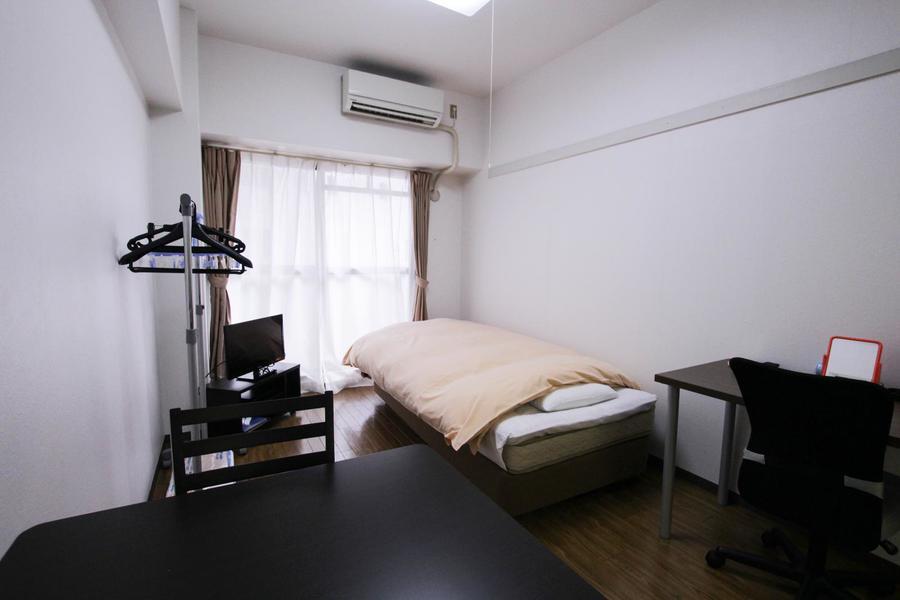 ブラウンのフローリングとカーテンがシックな印象のお部屋