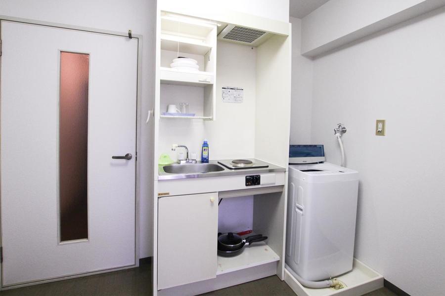 コンパクトなキッチン。食器類もしまえる吊り棚付きです