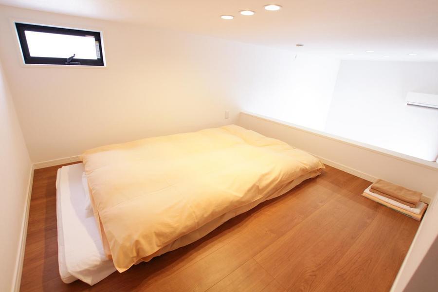 ロフト上の寝室は広々6.5帖。秘密基地のような雰囲気が味わえます