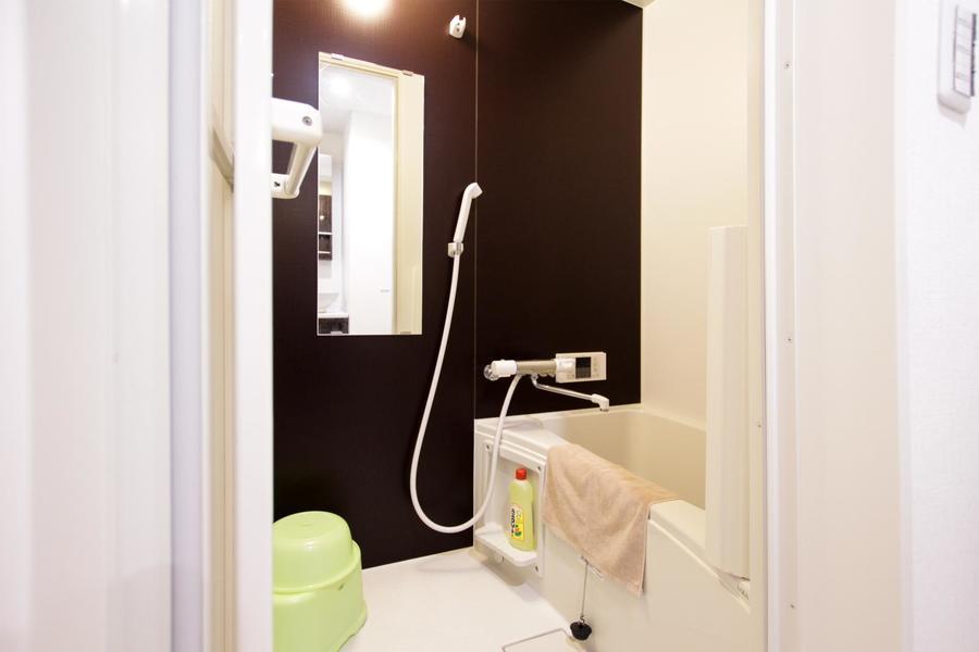 バスルームは洗面台と同じカラーリング。便利な追い焚き機能付き!