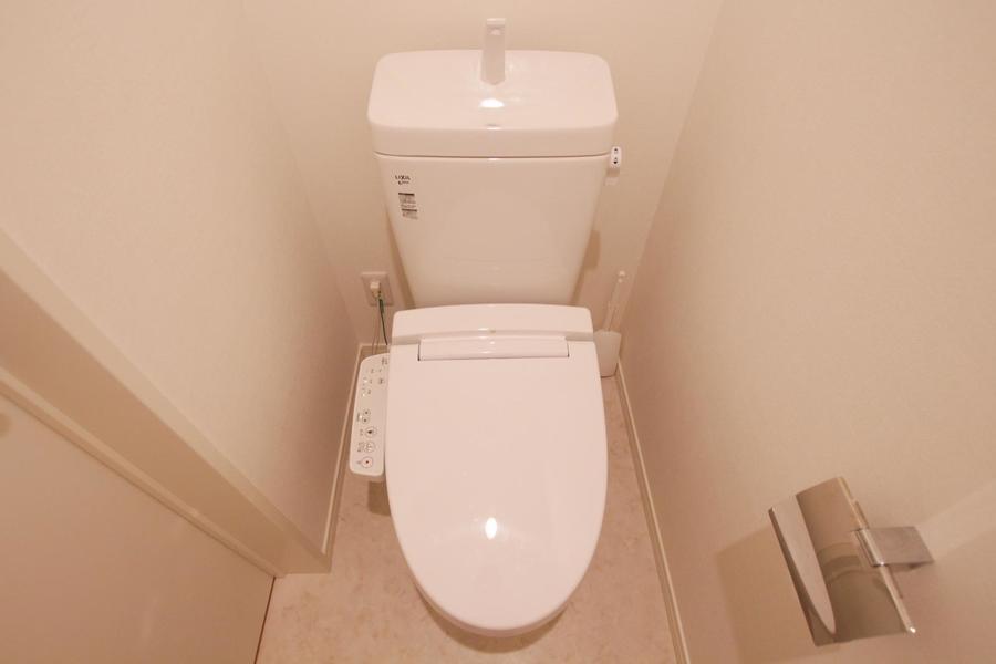 お手洗いは人気のシャワートイレを設置
