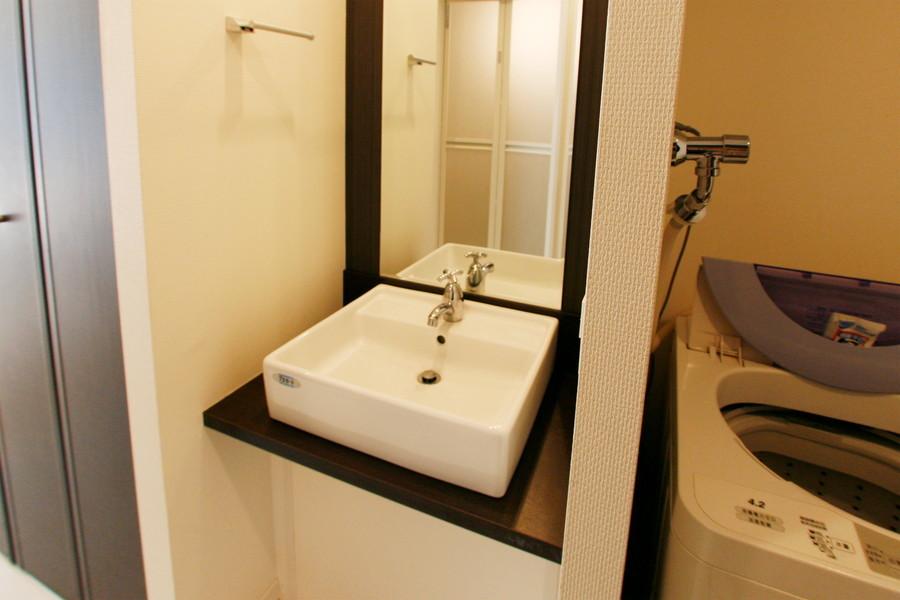 まるで美容室のような大きな鏡の広々使える洗面台