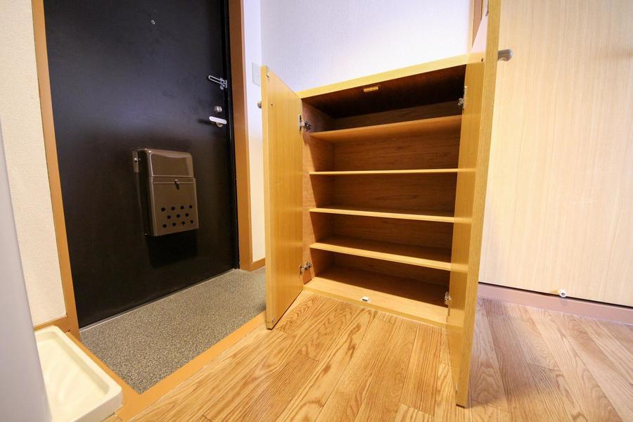 散らかりがちな玄関もシューズボックスで解決!天板スペースは小物置きに