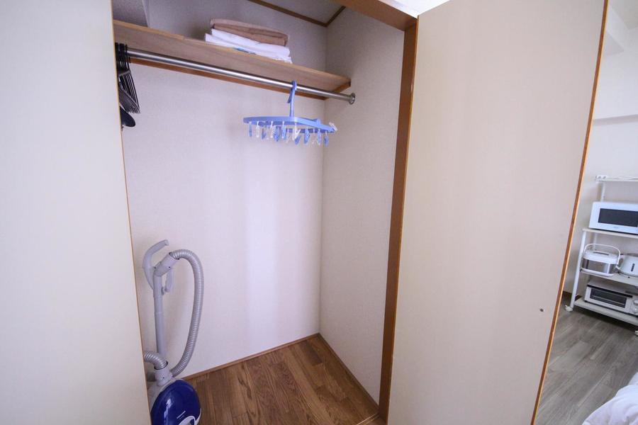 備え付けの棚のあるクローゼットは収納もバッチリ