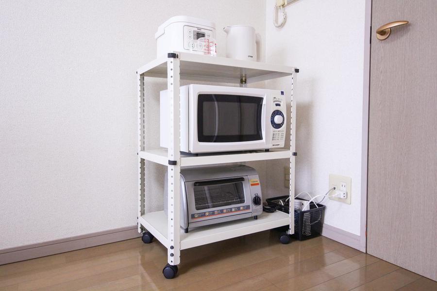 移動できるラックにはキッチン家電をまとめて配置