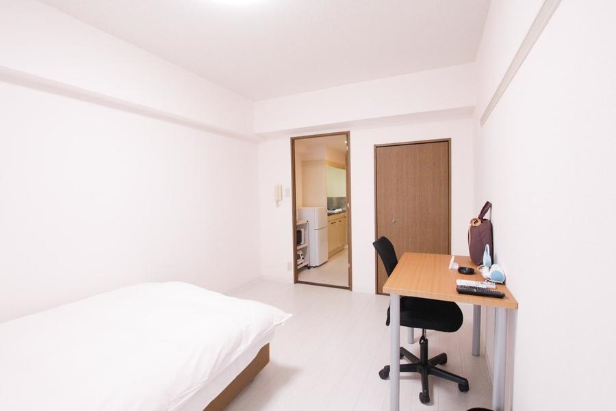 クローゼット付き。広々とした明るいお部屋です。