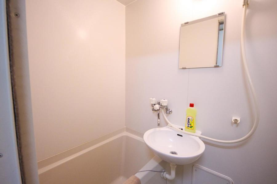 お風呂はコンパクトながら清潔感が漂います