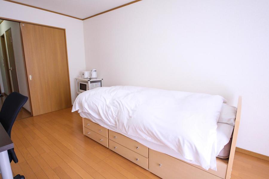ベッドはしっかりした高さのハイタイプを採用