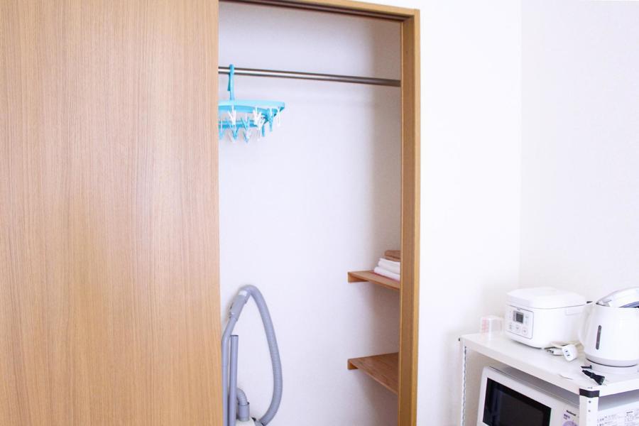 室内横には大きめのクローゼット。スーツなども掛けて収納できます