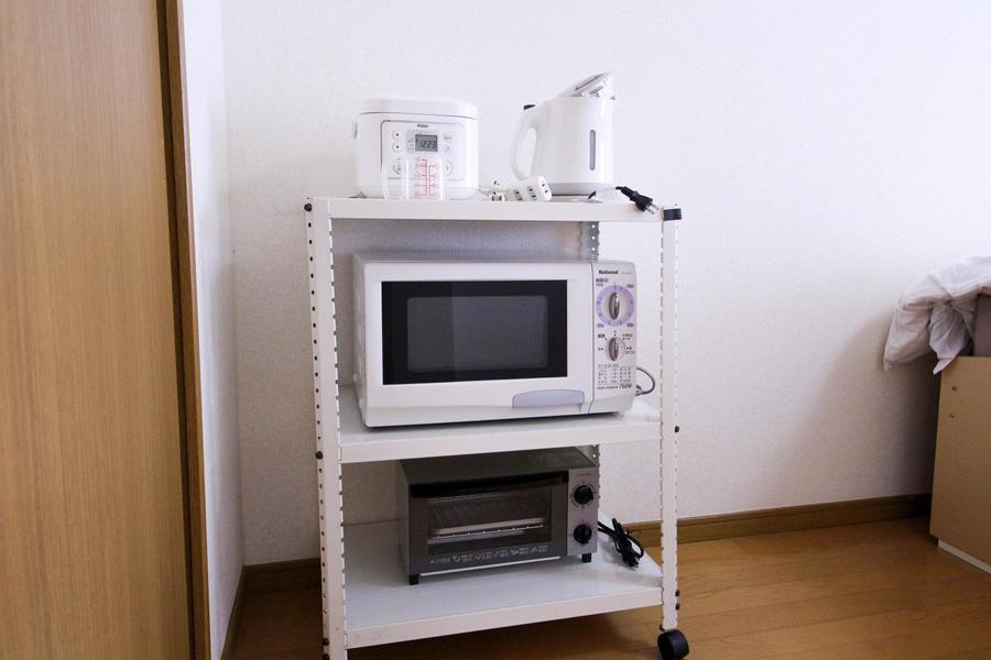 電子レンジや炊飯器などは使いやすくラックにまとめました