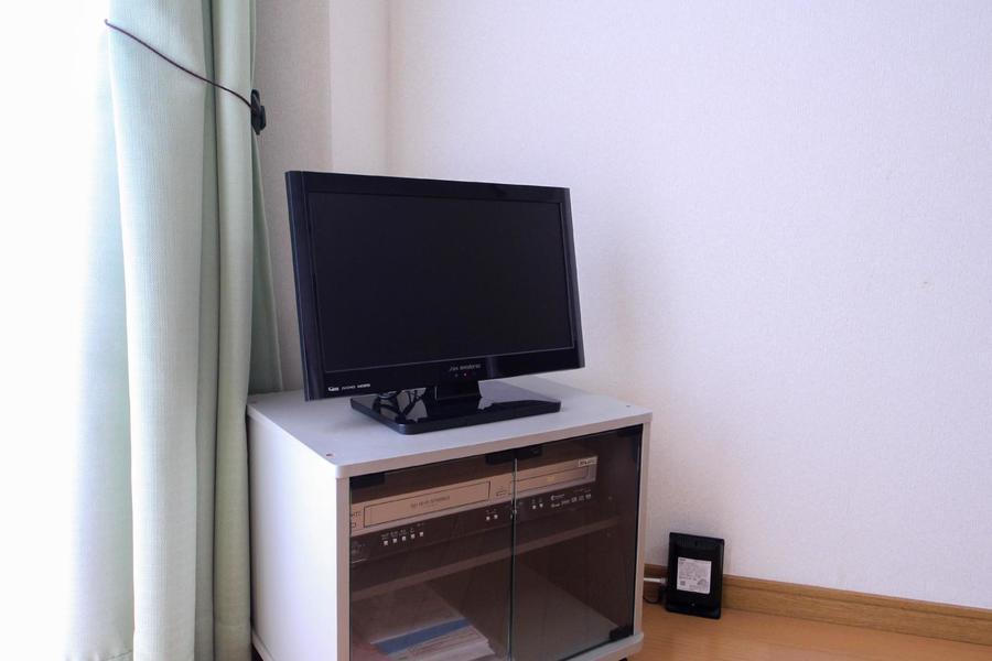 テレビはデスク、ベッドどちらからも見やすい位置に設置