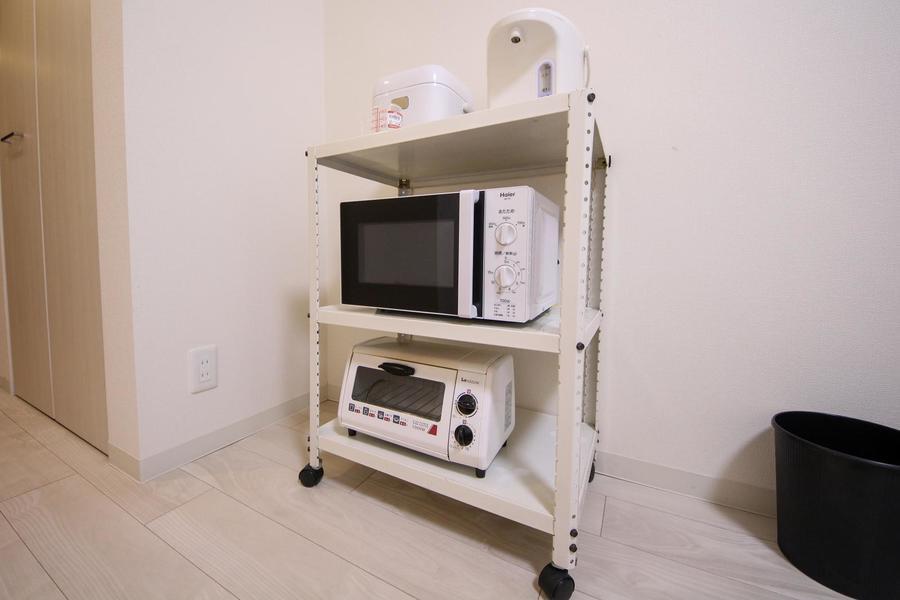 キッチン家電を収納したラックはお好きな場所に移動できるキャスター付き