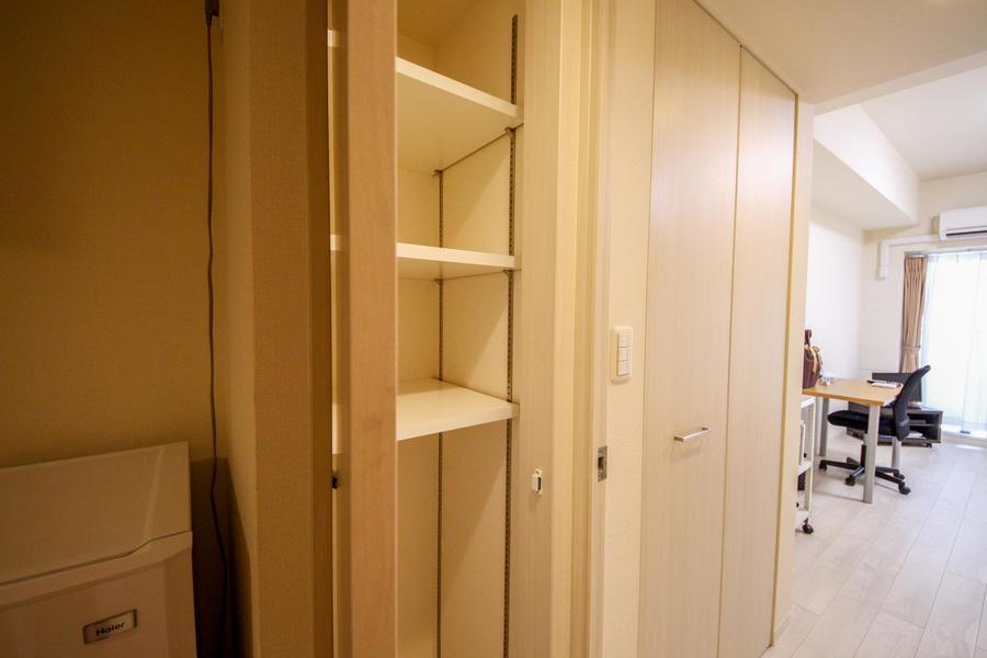 お隣には可動式棚の収納スペース。収納には困りません