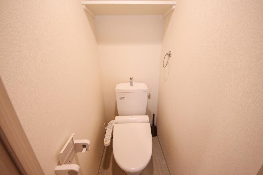 トイレには人気のウォシュレット。備え付けの棚付き